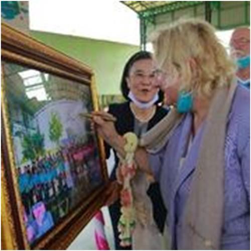 Gleich zu Beginn wird Botschafterin Dr. Eva Hager gebneten, zwei Bilder zu signieren. Eines bleibt im CPDC und eines wird im Drop In Center aufgehängt.