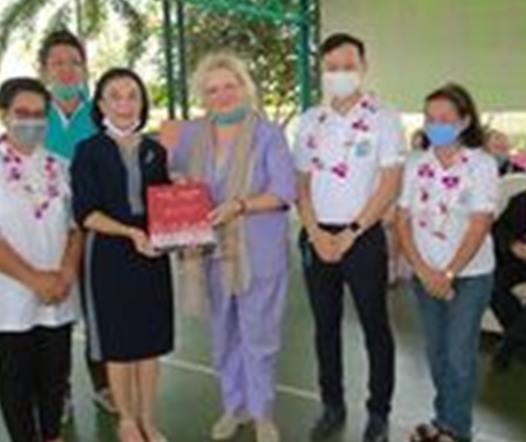 Radchada Chomjinda erhält aus den Händen der Botschafterin das Buch zur Geschichte der 150-jährigen Beziehungen zwischen Thailand und Österreich.