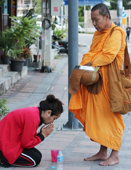 Die täglichen Spenden von gläubigen Buddhisten bleiben mehr und mehraus.