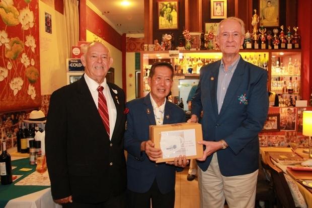 DG gibt Gesichtsmasken auch an Präsident Dieter Reigber vom Rotary Club Eastern Seaboard.