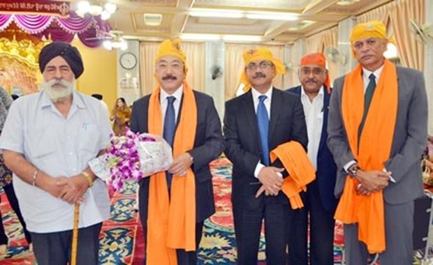 Amrik Singh Kalra (links), der Präsident der Pattaya Sikh Gemeinschaft mit Mitgliedern der Sikh Congregation freuen sich über den Besuch von SE Harsh Vardhan Shringla zum 'Gurdwara' im September 2014.