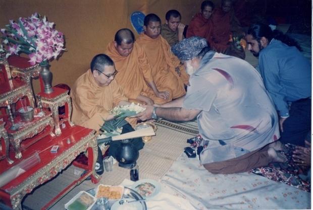 Amrik Singh bei einer buddhistischen Zeremonie.