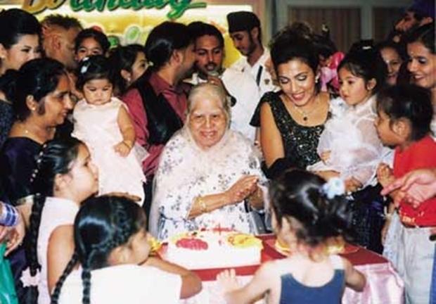 Jaswant Kaur Kalra, Mutter, Großmutteer und Urgroßmutter mit der Familie bei einer Familienfeier zu ihren Lebzeiten.