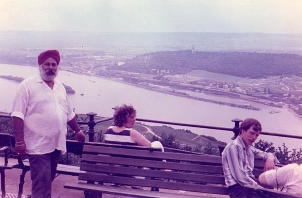 Amrik Singh während einer seiner Reisen in Europa am Rhein.