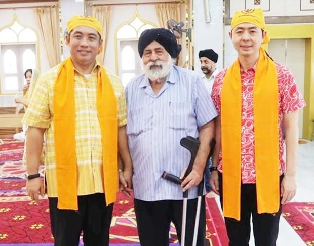 Amrik Singh Kalra begrüßt Bürgermeister Sonthaya Khunplome (links) und den damaligen Vizebürgermeister Poramet Ngampiches (rechts) bei einer Guru Gobind Singh Ji Gurpurab Feier in Pattaya.