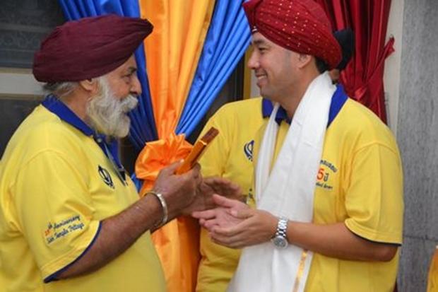 Amrik Singh begrüßt Ex-Bürgermeister Itthiphol Khunplome und überreicht ihm eine Siropa zur Feier der 25. Anniversary des Sikh Tempels am 26. Oktober 2015.