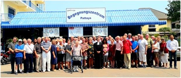 Ein Gemeinschaftsfoto nach dem Gottesdienst mit Pfarrer Burkhard Bartel.