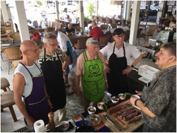 Andy bringt vielen das Kochen bei, damit sie sich auch manchmal selbst versorgen können.