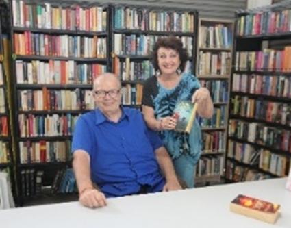 Peter Hirsekorn mit Elfi Seitz bei seinem Interview für Pattaya Blattin der gut bestückten Bibliothek.
