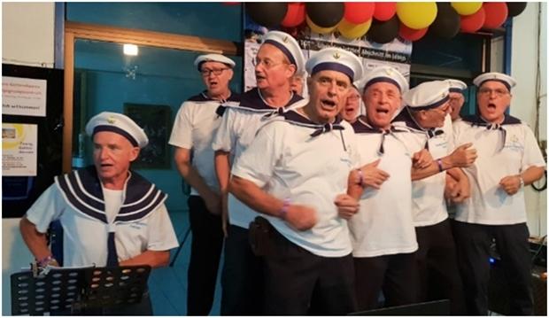 Weitere musikalische Unterhaltung bietet der Shanty Chor.