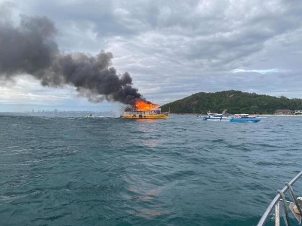Das Boot ist in spektakuläre Flammengehüllt.
