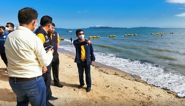 Sompong Jirasirilert, der Vizedirektor der Arbeiten, inspiziert den Jomtien Strand, bevor die Arbeiten beginnen.